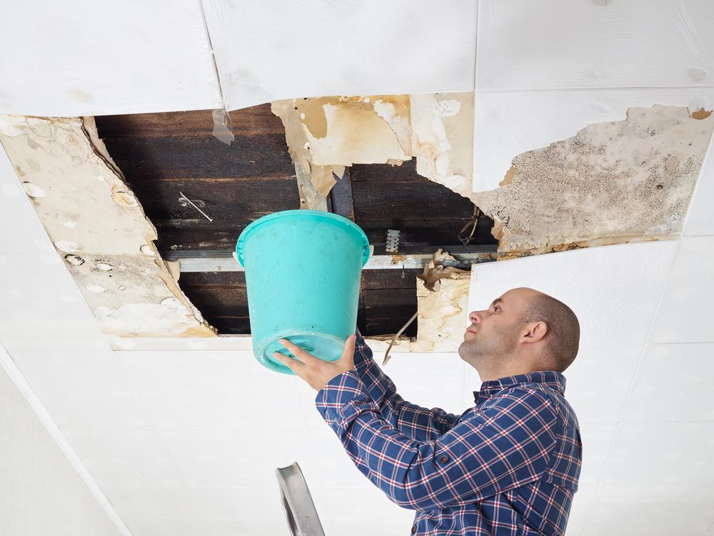 رجل يكتشف تسربات المياه بالمنزل